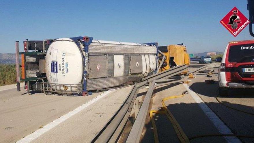 Vuelca un camión cisterna cargado de material para elaborar jabón en la antigua AP-7 en Dénia