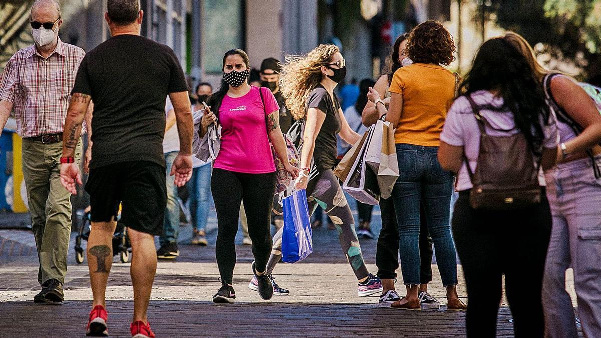 Gente paseando por el centro de Santa Cruz de Tenerife.