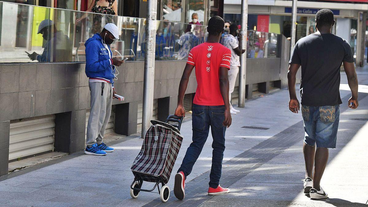 Migrantes de origen africano, en la calle Barcelona, una de las zonas de la ciudad en las que se concentra su residencia
