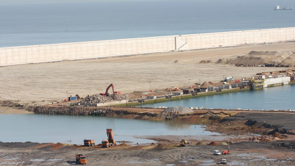 Obras de ampliación de El Musel, en 2010.