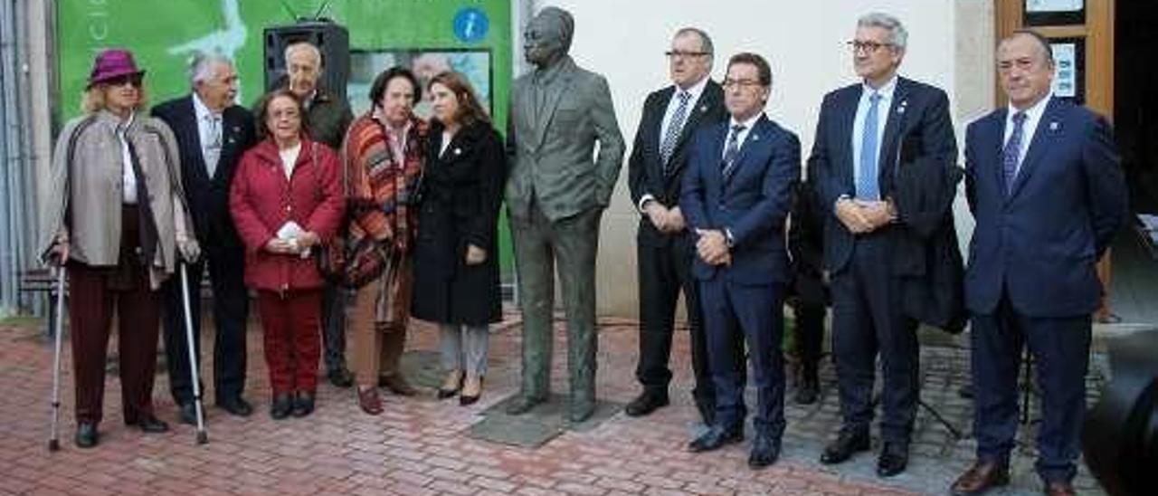Familia y autoridades, al inaugurar en Luarca la escultura dedicada a Severo Ochoa.