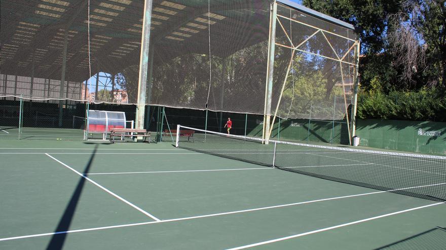 El Ayuntamiento renueva el pavimento de seis de las pistas de tenis de la Ciudad Deportiva  de Zamora