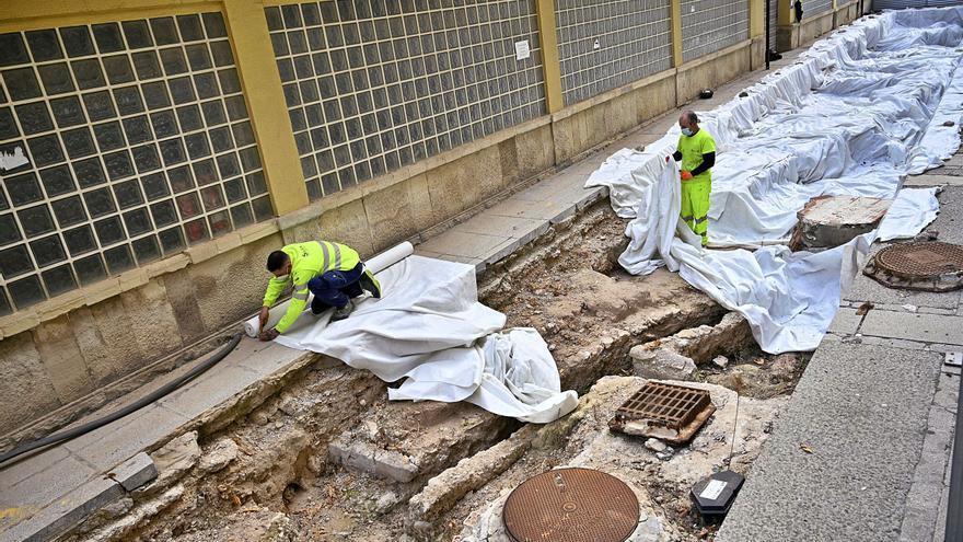 Cultura autoriza cubrir las catas del Mercado y la valla se quitará en un mes