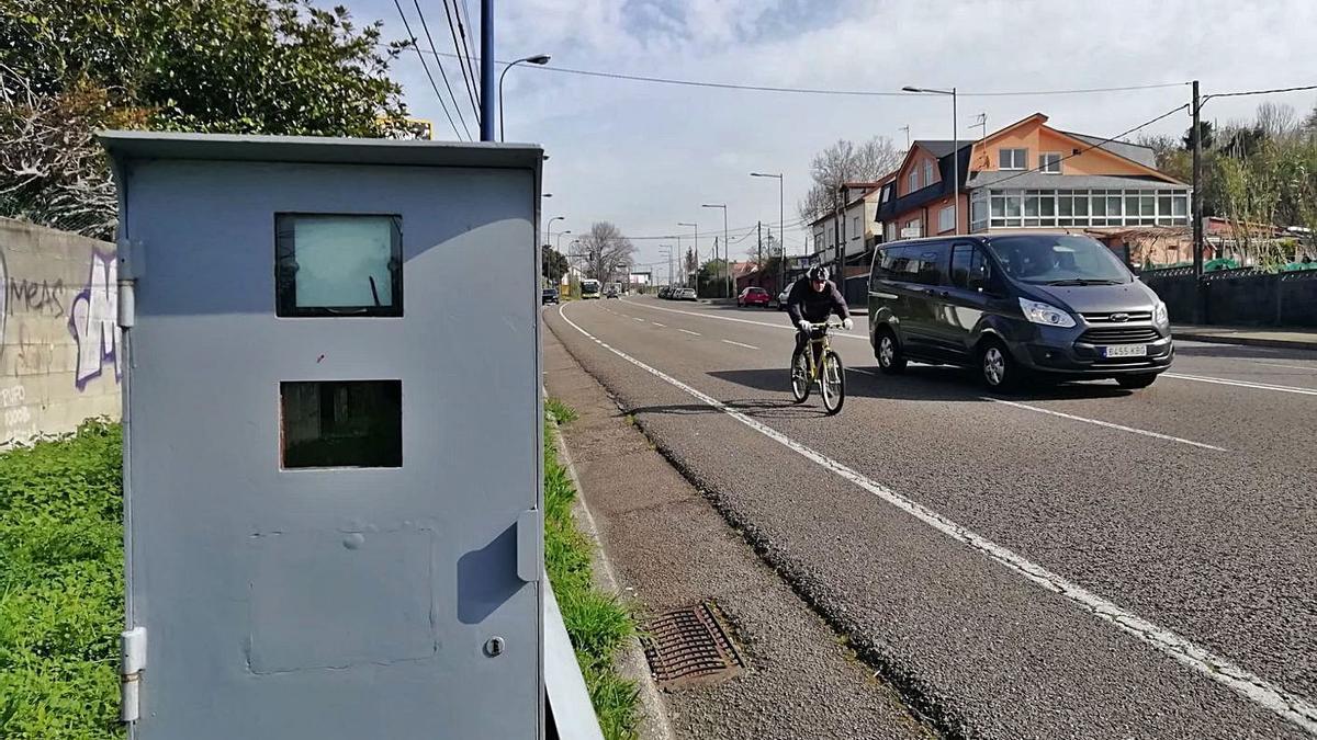 Una cabina de radar ubicada en una carretera gallega.     // R. GROBAS