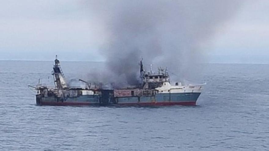 Cinco gallegos entre los 30 rescatados de un pesquero en llamas en Angola