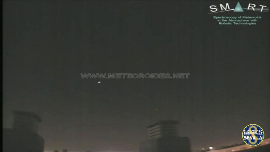 La roca de un asteroide genera una bola de fuego al caer sobre el cielo de Sevilla