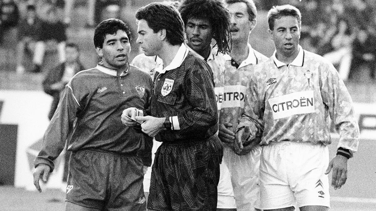 Maradona habla con Díaz Vega en su visita a Balaídos en 1992