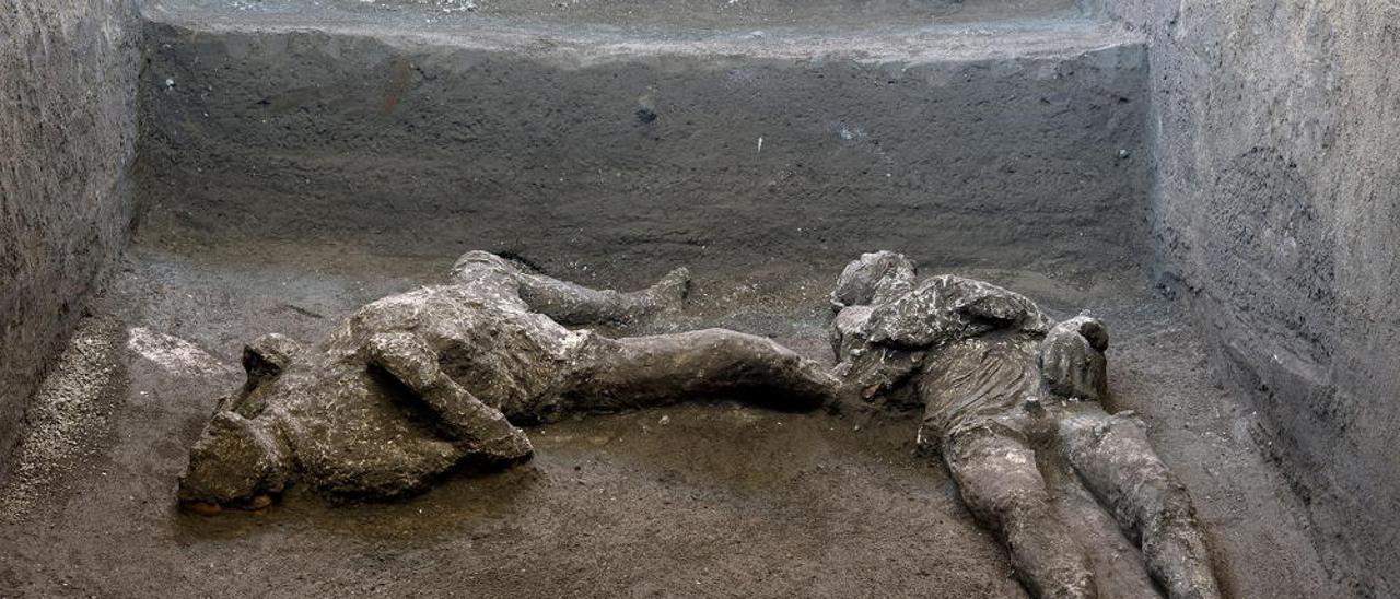 Arqueólogos hallan en Pompeya dos cuerpos con sus ropas