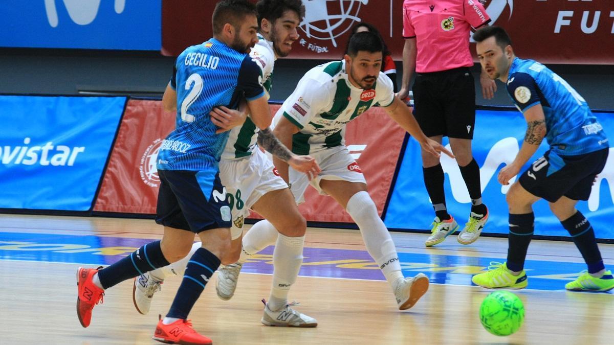 Jesús Rodríguez, en el centro, pugna por el balón junto a Lucas Perin y dos jugadores del Movistar Inter.