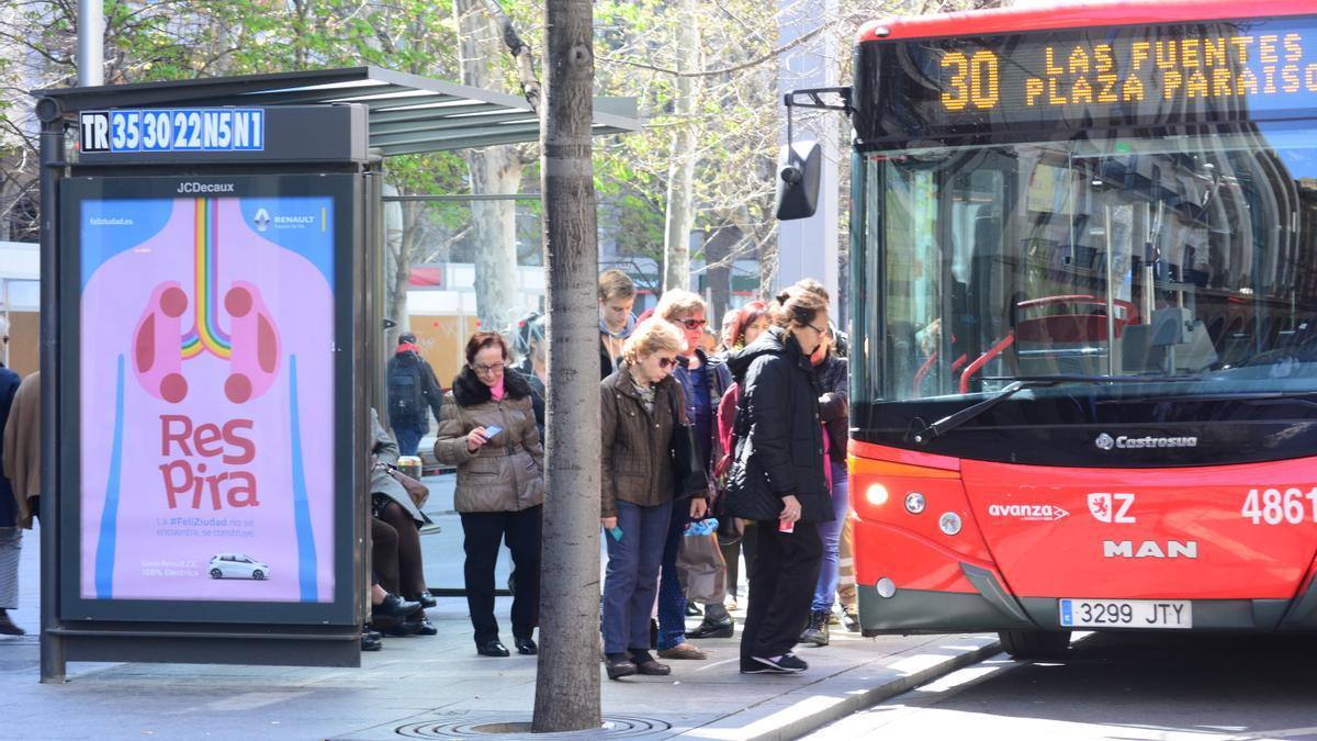 Varios usuarios de autobús.