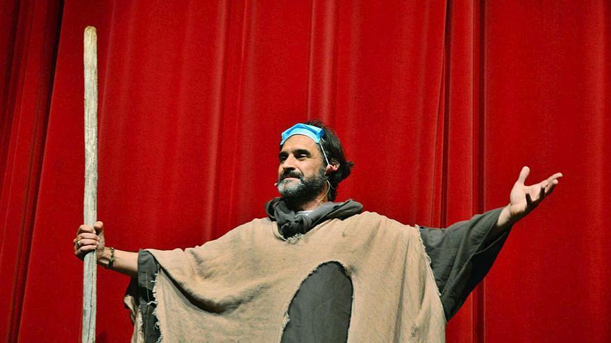 Fran Paredes levanta el telón de la Mostra con un homenaje al teatro y a Pazos