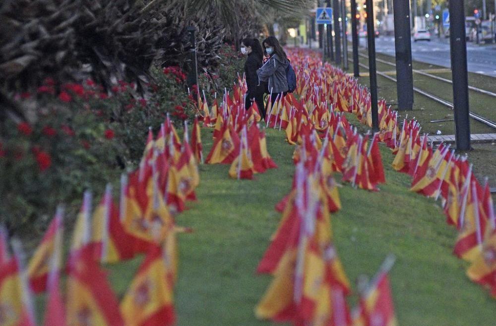 La Avenida Juan de Borbón de Murcia amanece con miles de banderas de España por las víctimas del coronavirus