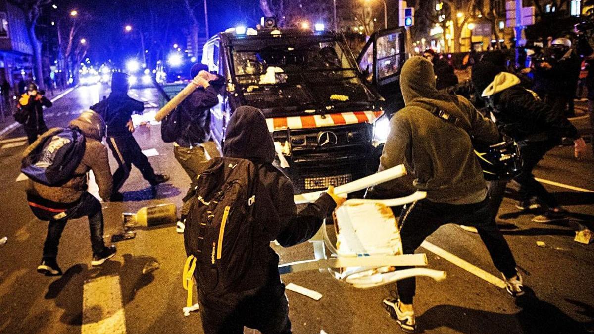 Disturbis en la manifestació de protesta per l'empresonament de Pablo Hasel ahir a Barcelona