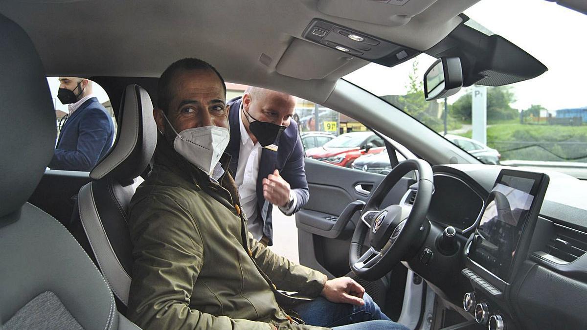 Ángel García, en el interior de un vehículo eléctrico, ayer, en Lugones.   A. Illescas
