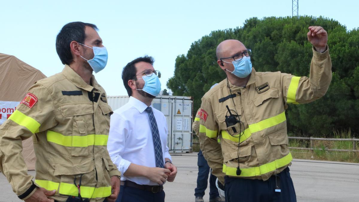 El president de la Generalitat, Pere Aragonès, amb el cap de Regió d'Emergències de Girona, Jordi Martín. Imatge del 16 de juliol del 2021. (Horitzontal)