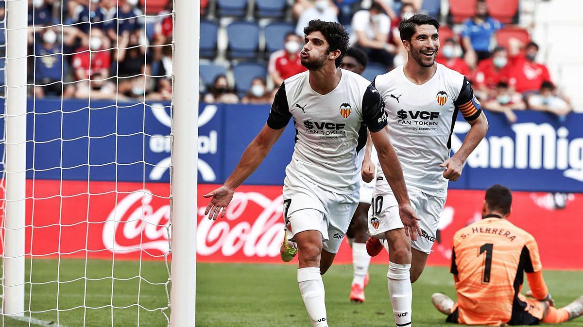 Gonçalo Guedes celebra el gol que colocaba el cuarto en el marcador y redondeaba una actuación memorable.   EFE/JESÚS DIGES
