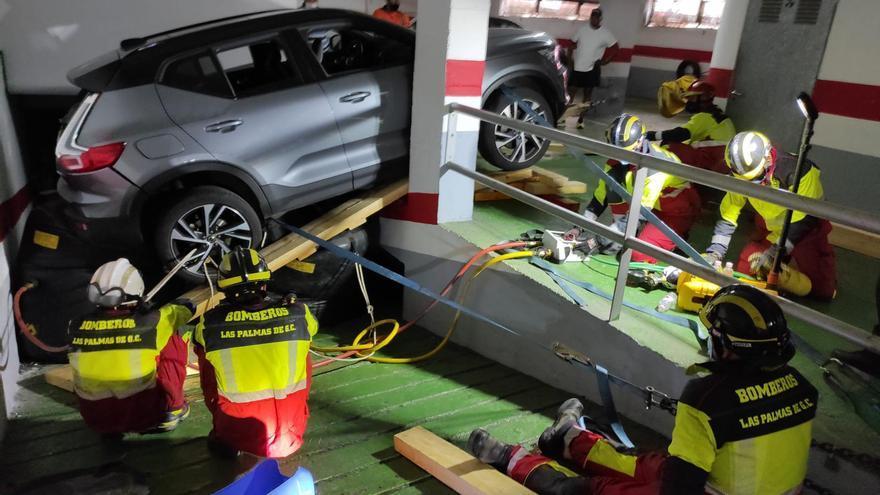 Un coche se precipita por una rampa de un garaje de Las Palmas de Gran Canaria