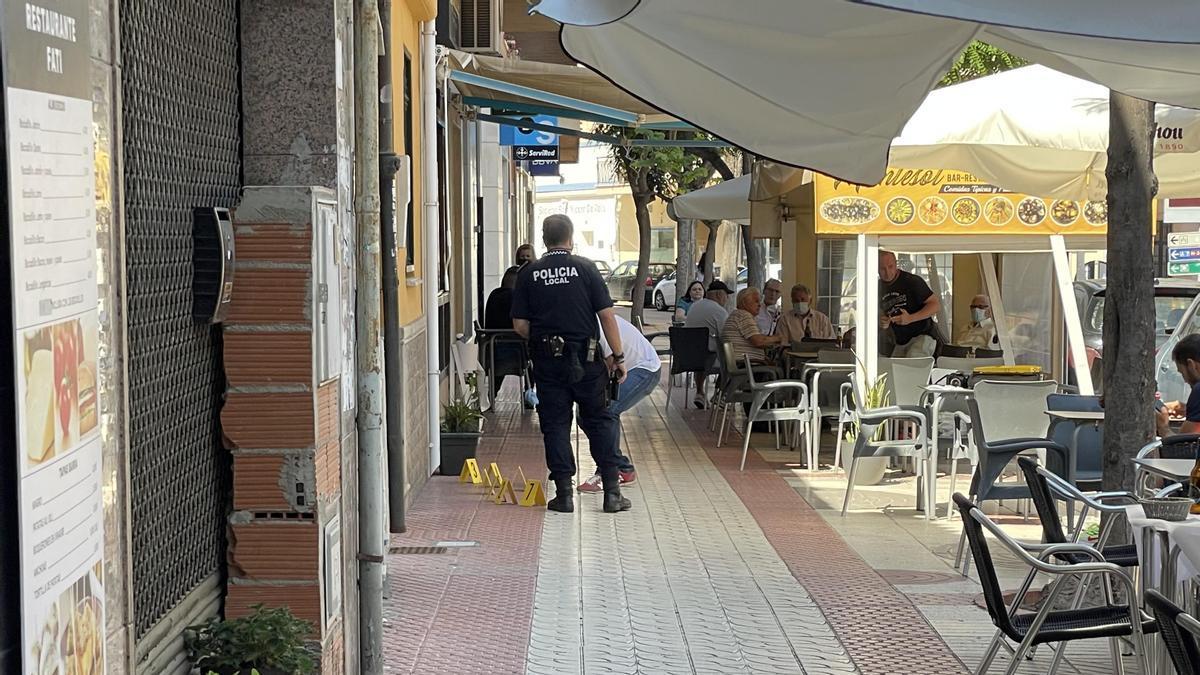 Policía Local y Guardia Civil en el lugar de los hechos tras el apuñalamiento de esta tarde en Benicàssim.