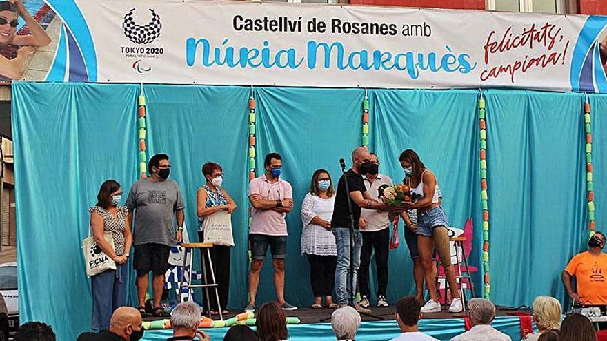 Castellví dedica una emotiva benvinguda a la nedadora doble medallista Núria Marquès