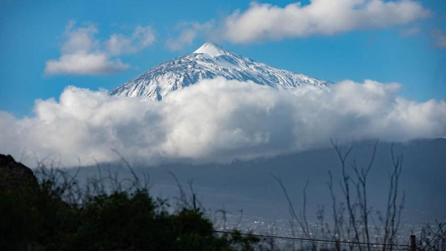 La reapertura de todos los accesos atasca el Parque Nacional del Teide