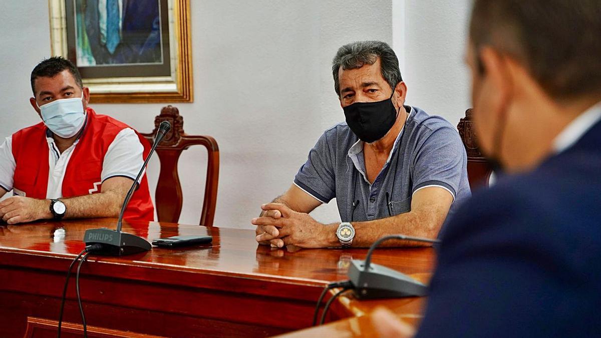 Pablo Hernández, José Luis Camisón y José Julián Mena (de espalda) en la reunión que celebraron ayer.