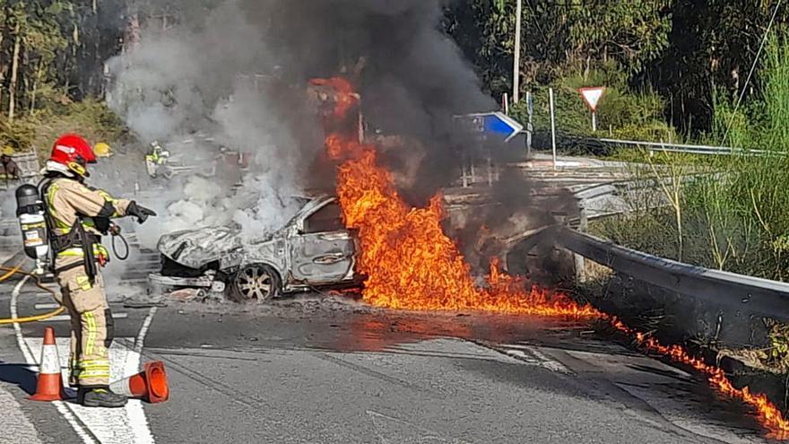 Un coche calcinado y dos mujeres heridas en un accidente en Domaio