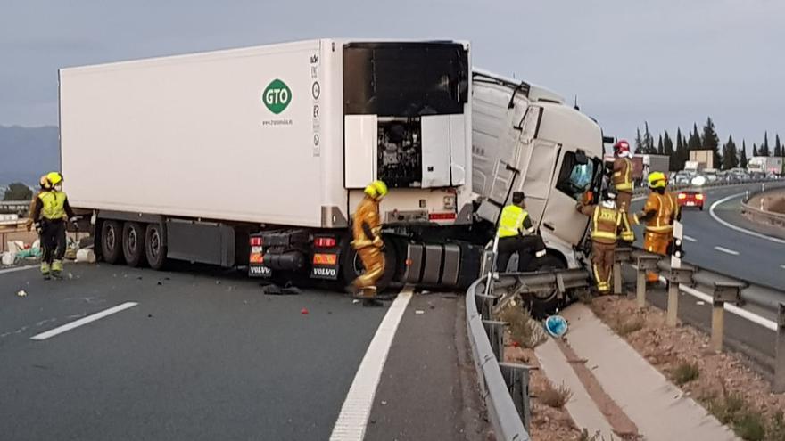 Dos heridos tras una colisión entre tres camiones y dos coches en la A-7 en Orihuela