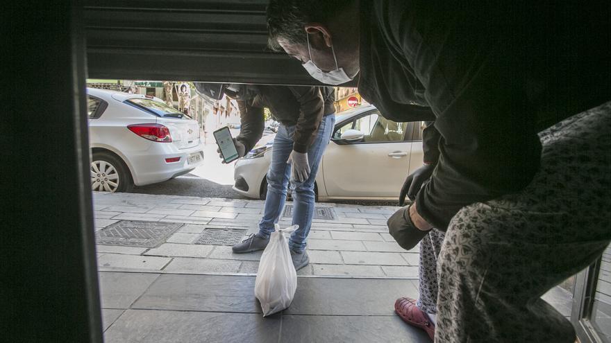La hostelería de Elche comienza a repartir comida a domicilio en  las pedanías