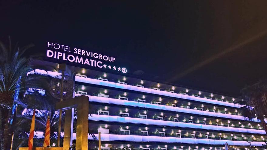La cadena hotelera Servigroup se une al homenaje a las mujeres iluminando sus hoteles en Benidorm