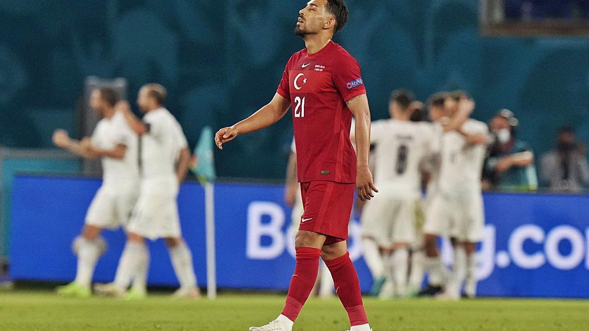 El turc Kahveci, abatut després d'un dels gols del conjunt italià.  | EFE/ALESSANDRO TARANTINO