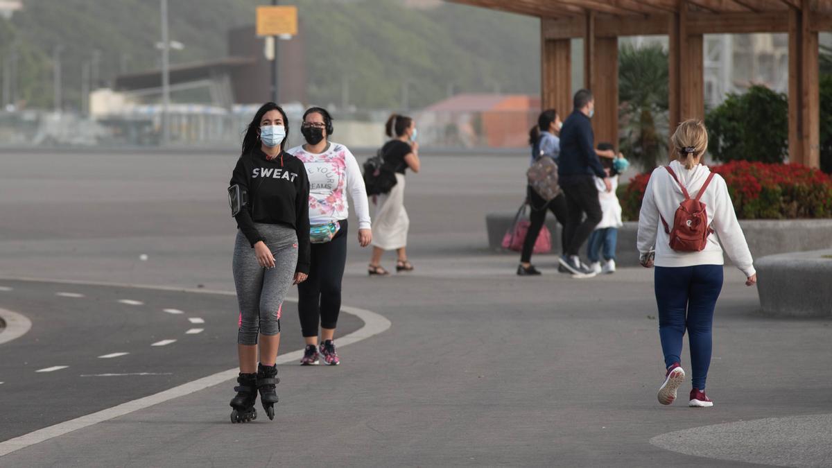 Varias personas hacen deporte en la Avenida Anaga con mascarilla.