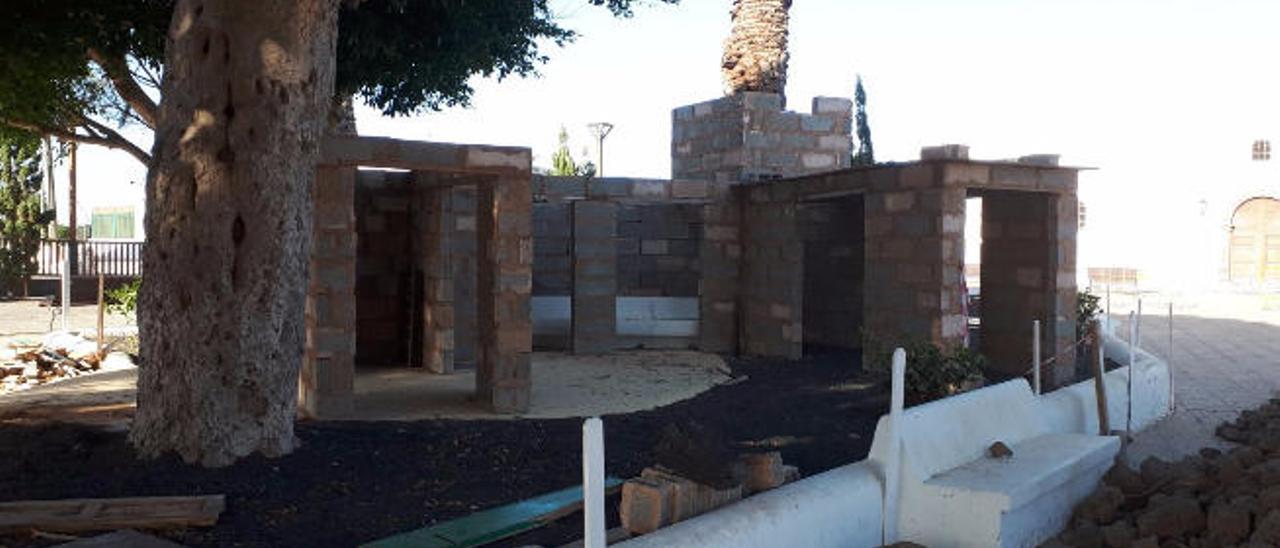 Belén de Tinajo a medio construir en los jardines de la plaza de San Roque.