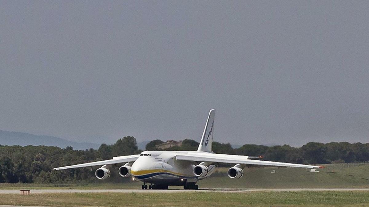 Antonov, un dels avions de mercaderies més grans del món, durant el seu pas per l'aeroport.