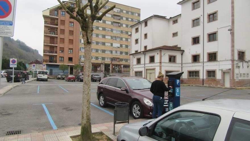 """Reanudada hoy, viernes, la """"zona azul"""" del barrio de El Censu, en pleno centro de Cangas de Onís"""
