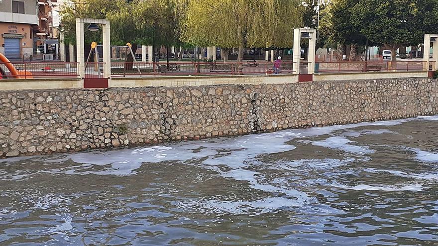 El Segura se llena de espuma a su paso por la Vega Baja por vertidos urbanos tras las lluvias