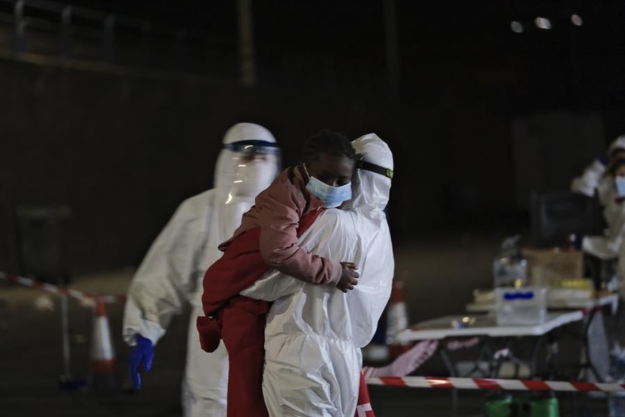 Salvamento Marítimo restaca una patera con 20 mujeres y 3 niños al sur de Gran Canaria