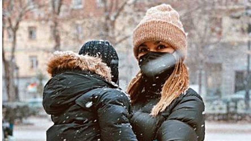 Dafne Fernández, en la nieve con su pequeño Jon