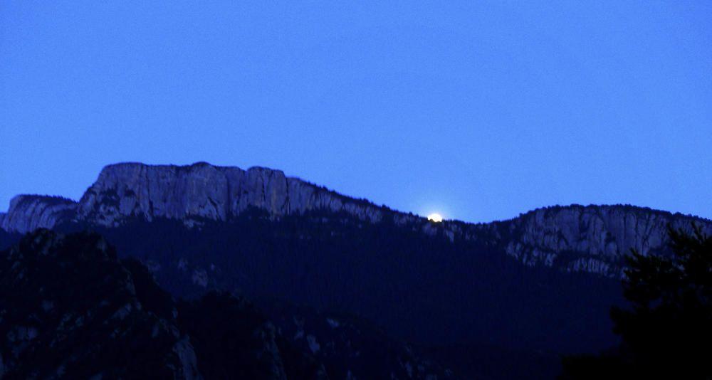 La lluna captada treient el cap per la Serra de Busa.