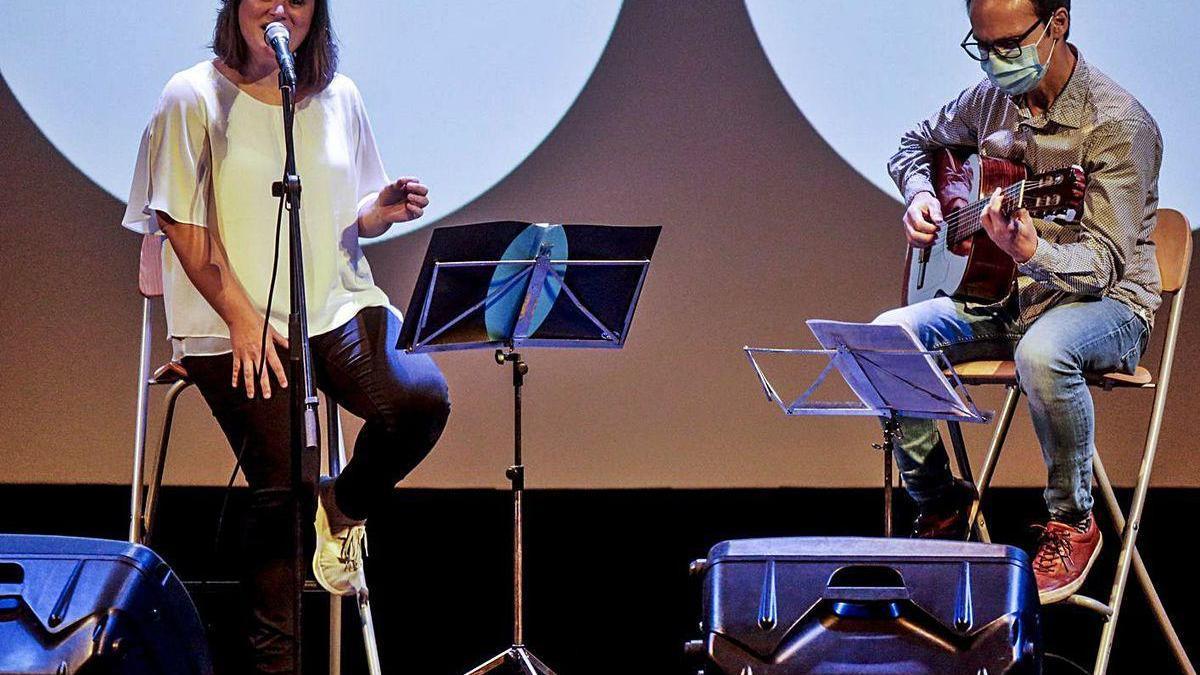 Mapi Quintana y Carlos Pizarro, durante su concierto de ayer en el Filarmónica.