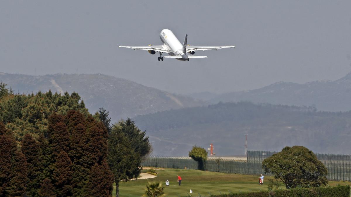 Un avión de Vueling despegando del aeropuerto de Vigo