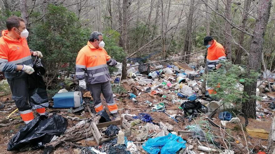 ¿Quién limpia el vertedero ilegal de la Serra d'Irta?