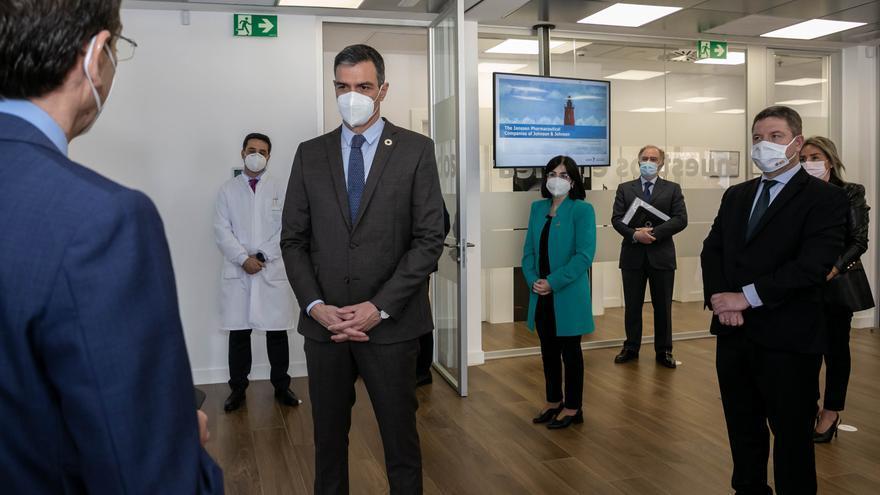 """Sánchez ve """"esperanza"""" gracias al ritmo de vacunación"""