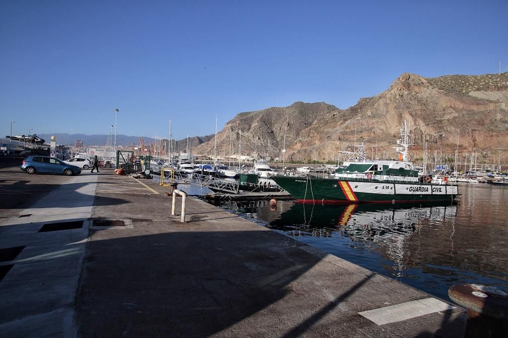 Llegada de una patera al puerto de Santa Cruz de Tenerife
