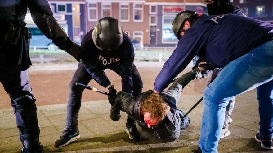 Al menos 151 detenidos en la tercera noche de disturbios en Países Bajos