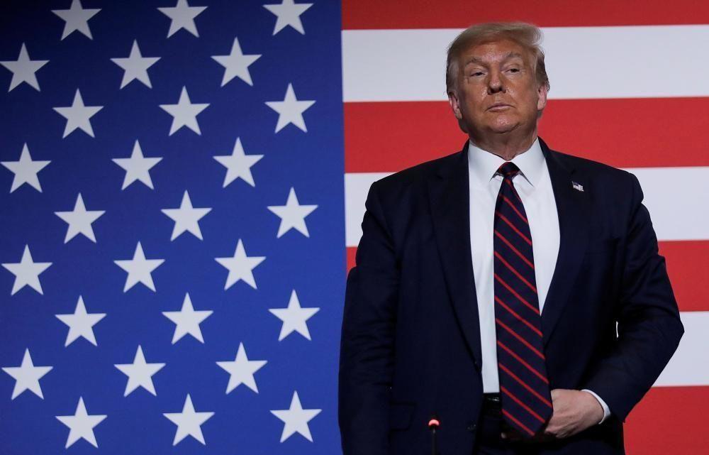 Trump davant la bandera dels EUA abans d'un acte de la Creu Roja