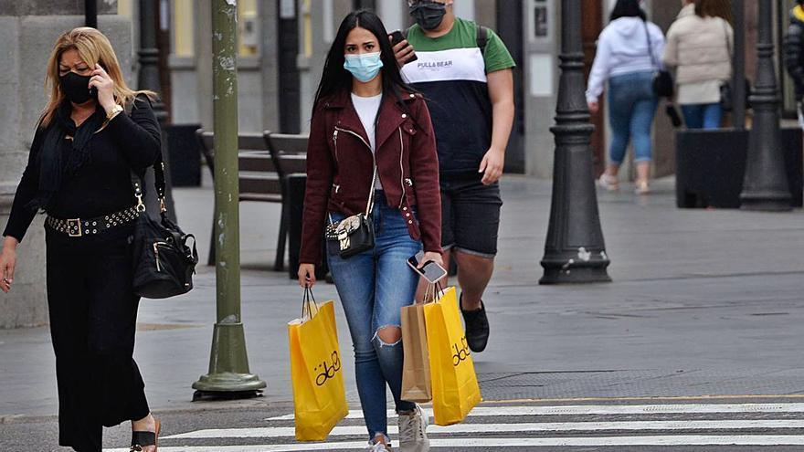 Personas con mascarillas por la calle Mayor de Triana  de la capital grancanaria.      JOSÉ CARLOS GUERRA