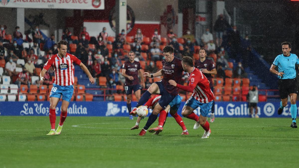 El argentino Gaich, otra vez discreto, pelea un balón con varios rivales.