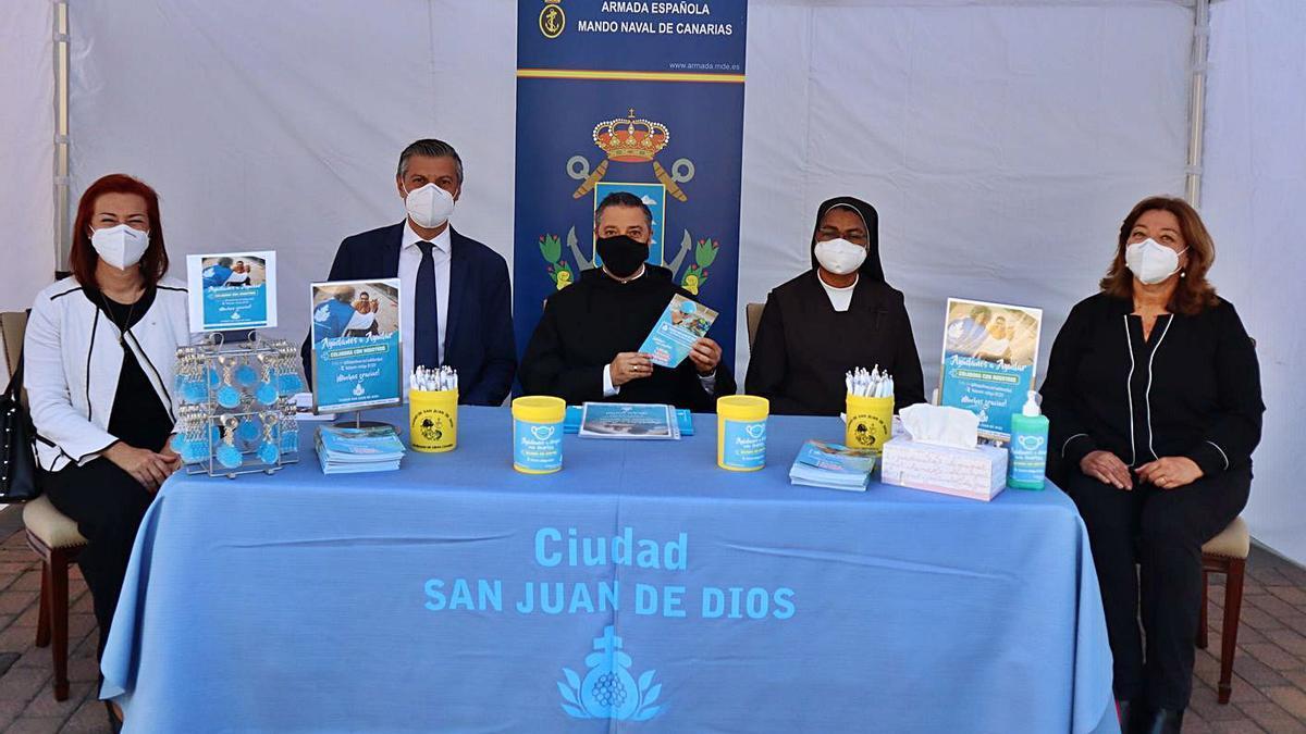 Presentación, ayer, de la campaña en las instalaciones de la Armada, con responsables de San Juan de Dios en Las Palmas. | | LP/DLP