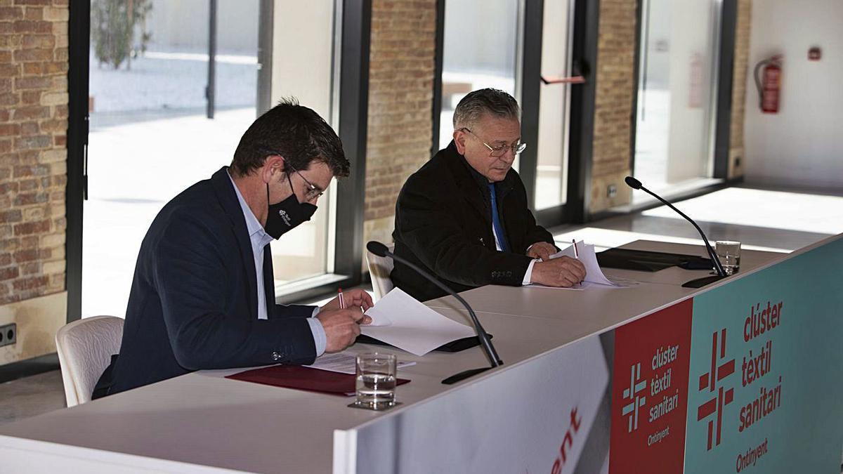 Jorge Rodríguez, alcalde de Ontinyent, y Pepe Serna, presidente de Ateval, firman el acuerdo | PERALES IBORRA