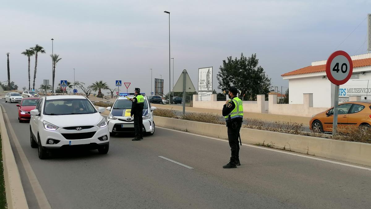 La Policía Local realiza controles en los accesos a los municipios de la provincia, como es el caso de este organizado durante el día de ayer en Peñíscola